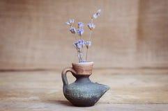 Fiore della lavanda in bottiglia sulla tavola di legno Fotografia Stock Libera da Diritti