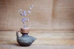 Fiore della lavanda in bottiglia sulla tavola di legno Immagine Stock Libera da Diritti
