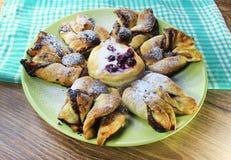 Fiore della pasta sfoglia della pepita del cioccolato con la salsa della vaniglia e l'amarena coperte di zucchero in polvere immagini stock libere da diritti