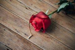 Fiore della rosa rossa sul pavimento di legno nel San Valentino Fotografie Stock Libere da Diritti