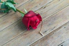 Fiore della rosa rossa sul pavimento di legno nel San Valentino Fotografia Stock
