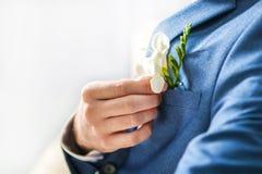 Fiore della tenuta dell'uomo Fotografie Stock Libere da Diritti