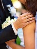 Fiore della tenuta dello sposo e della sposa all'aperto Fotografia Stock