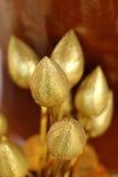 Fiore di falsificazione del loto dell'oro per le offerti Buddha nella cerimonia religiosa buddista immagine stock
