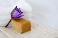 Fiore di loto, sapone naturale, cassetto di marmo Fotografia Stock