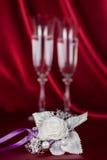 Fiore di nozze sui precedenti di due vetri di vino Fotografie Stock Libere da Diritti