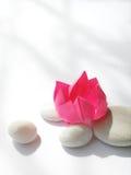 Fiore di origami del loto, ciottoli Immagini Stock Libere da Diritti