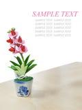 Fiore di plastica isolato sulla Tabella di legno Fotografie Stock Libere da Diritti