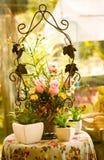 Fiore di plastica sulla tavola, sguardo d'annata, natura morta immagine stock libera da diritti