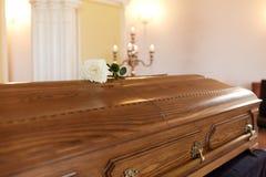 Fiore di Rosa sulla bara di legno al funerale in chiesa fotografia stock libera da diritti