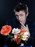 Fiore divertente di offerta del ritratto dell'uomo Immagini Stock