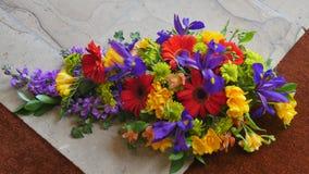 Fiore e candela usati per un funerale immagini stock libere da diritti