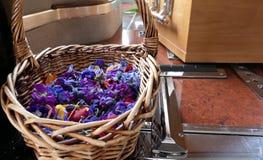 Fiore e candela usati per un funerale immagine stock libera da diritti