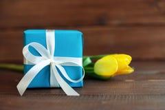Fiore e regalo blu su fondo di legno scuro Concetto di holid Fotografia Stock Libera da Diritti