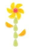 Fiore fatto dai pezzi di marmellata d'arance isolati Fotografia Stock