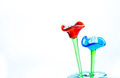Fiore fatto di vetro nel colore rosso e blu in vaso sulla parte posteriore di bianco Fotografie Stock