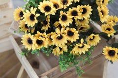 fiore giallo artificiale che decora in scatola di legno Immagine Stock Libera da Diritti