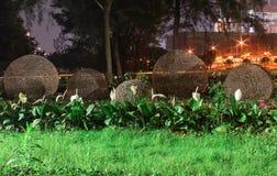 Fiore-letto con le palle torte con una luce notturna. Macao immagini stock