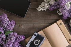 Fiore lilla su fondo di legno rustico con il taccuino per il messaggio accogliente Vista superiore Fotografie Stock
