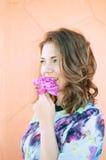 Fiore marrone della ragazza dei capelli del ritratto Fotografia Stock Libera da Diritti