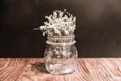 fiore nella decorazione del vaso sulla tavola dinning Fotografia Stock Libera da Diritti