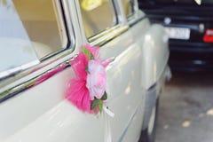 Fiore rosa con il velo sull'automobile Fotografia Stock