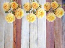 Fiore rosa di inglese su di legno Immagini Stock Libere da Diritti