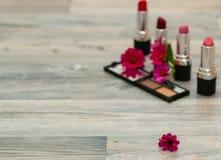 Fiore rosa sulla tavola cosmetica di trucco Tabella di Bathroom Composizione cosmetica Faccia il concetto della tavola V orizzont immagine stock
