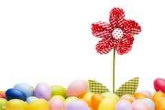 Fiore rosso del drapery fra le uova di Pasqua Fotografie Stock