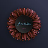Fiore rosso scuro della gerbera sul modello blu scuro dell'invito del fondo Royalty Illustrazione gratis