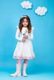 Fiore sveglio di sorriso della bambina del vestito da modo dei bambini dei bambini Fotografia Stock