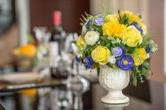 Fiore variopinto della rosa in vaso Fotografia Stock