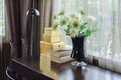 Fiore in vaso nero sulla tavola di legno Fotografia Stock Libera da Diritti