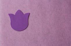 Fiore viola fatto di materiale molle su un fondo rosa dello straccio fotografie stock