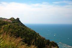 Fiorenzuola av den Focara sikten från den panorama- vägen Fotografering för Bildbyråer