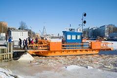 ` Fiori ` пассажирского парома на пристани на реке ауры на день в феврале Финляндия turku Стоковое Изображение RF
