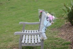 Fiori allegati ad una sedia dell'allerta della spiaggia Fotografia Stock Libera da Diritti