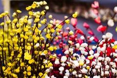 Fiori artificiali di plastica gialli dei germogli rosa bianchi e rosa per la decorazione nella profondità di campo bassa Fotografie Stock Libere da Diritti