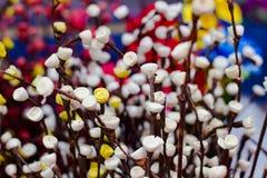 Fiori artificiali di plastica gialli dei germogli rosa bianchi e rosa per la decorazione nella profondità di campo bassa Fotografie Stock