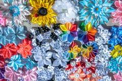 Fiori artificiali fatti del fondo del tessuto Fotografie Stock