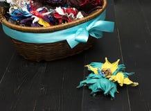 Fiori artificiali fatti di cuoio colorato Fotografia Stock