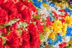 Fiori artificiali multicolori, fatti di tessuto, fondo, selezione del fuoco Immagini Stock