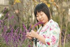 fiori asiatici che osservano donna Immagini Stock Libere da Diritti