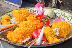 Fiori, bastoncino d'incenso, candela per culto, Tailandia fotografie stock