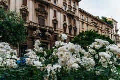 Fiori bianchi sulla priorità alta di architettura di Art Nouveau nel distretto del ` s Porta Venezia di Milano, Lombardia, Italia Fotografia Stock Libera da Diritti