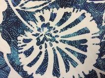 Fiori blu e bianchi astratti su tessuto immagine stock