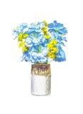 Fiori blu e gialli artificiali in vaso ceramico Immagini Stock Libere da Diritti