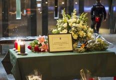 Fiori, candele e messaggio in memoria delle vittime dei attacchi terroristici a Bruxelles all'ambasciata del Belgio a Madrid, Spa Fotografia Stock