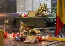 Fiori, candele e messaggio in memoria delle vittime dei attacchi terroristici a Bruxelles all'ambasciata del Belgio a Madrid, Spa Fotografie Stock Libere da Diritti