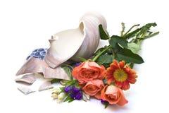 Fiori con il vaso rotto Fotografie Stock